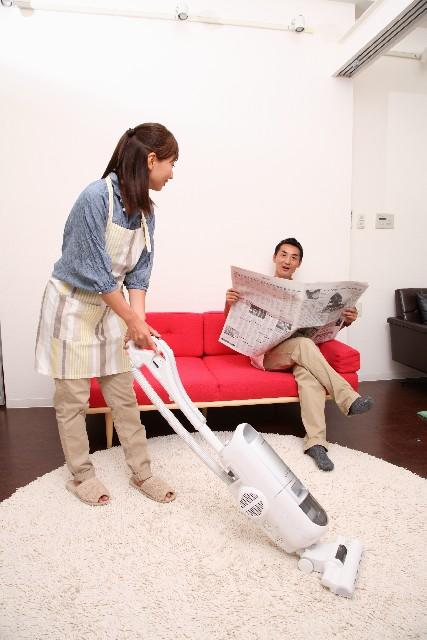 掃除機をかける主婦2