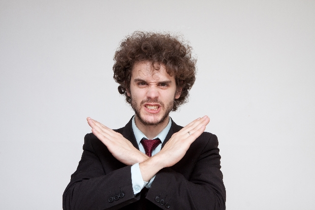 NGポーズをする外国人男性