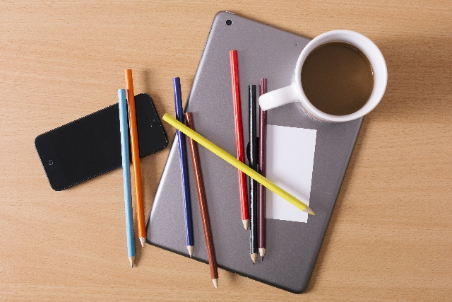 コーヒーと鉛筆とタブレット