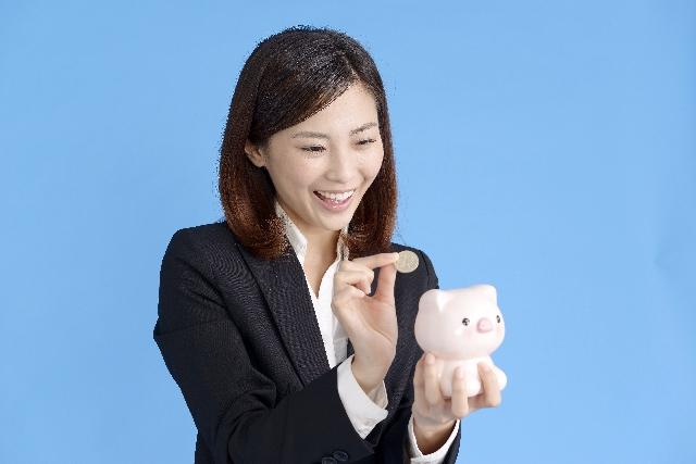 貯金する女性