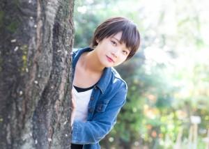 木の影から見守る女性