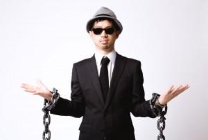 鎖を外された男性