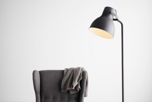 照明と椅子
