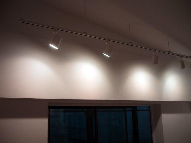 間接照明で壁を照らす