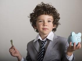 お金を持つ子供