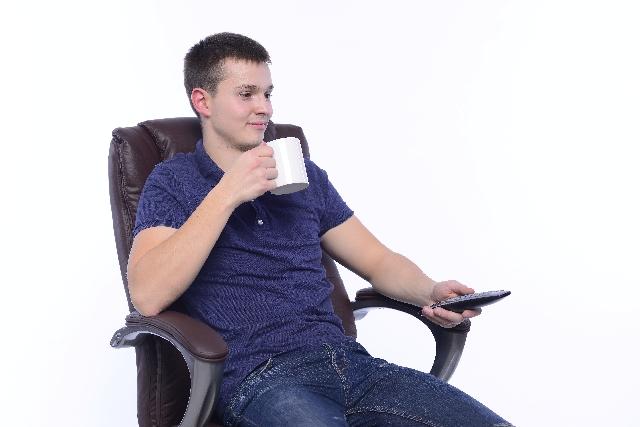 椅子で寛ぐ男性