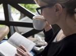 ソファで読書をする女性