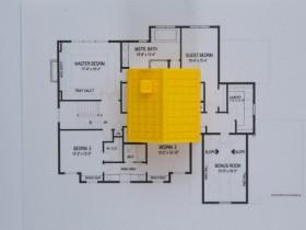 家の模型と間取り図