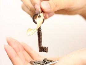 鍵を持つ女性の手