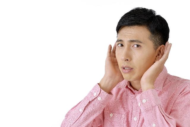 耳を澄ます男性