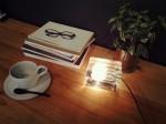 机の上に間接照明